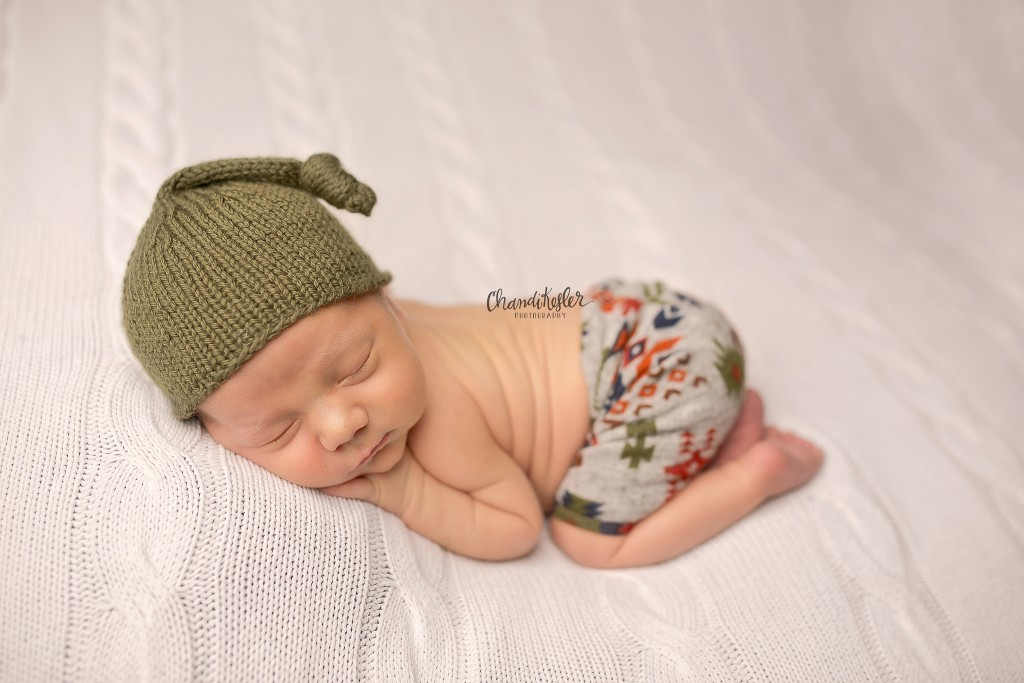 Tushie Up Pose Newborn | Peoria IL Photographer | chandi Kesler Photography | Hat by Violet Dove Organics